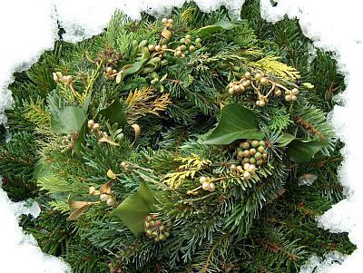 Adventskranz auf winterlichem Grab