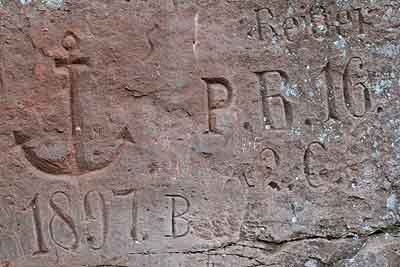 Gemeisselte Inschrift in Sandsteinfelsen