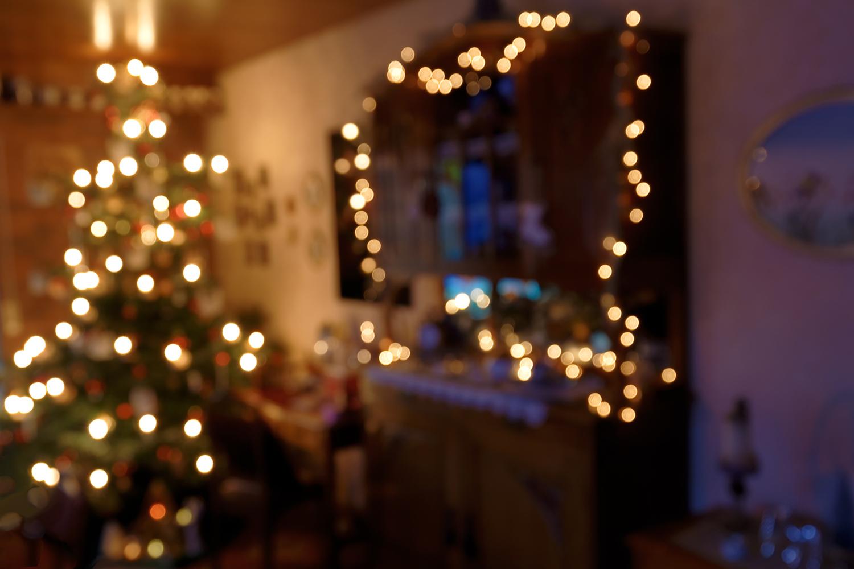 Weihnachtlich beleuchtetes Wohnzimmer - Bokeh Hintergrund