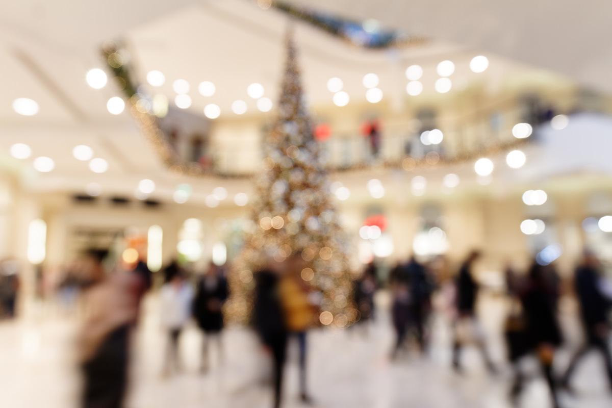Kunden im weihnachtlichen Einkaufszentrum