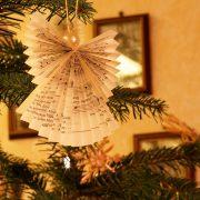 Weihnachtliche Raumimpression mit Weihnachtsbaum-Dekoration, aus: Weihnachtliches Licht im November