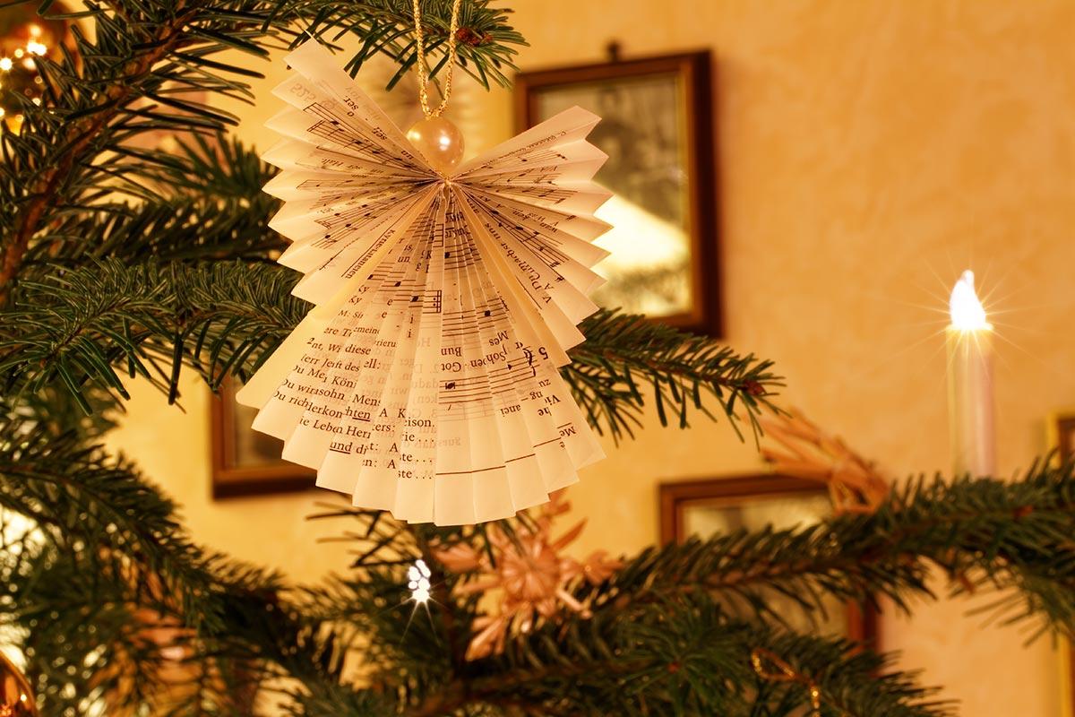 Weihnachtliche Raumdekoration mit geschmücktem Weihnachtsbaum