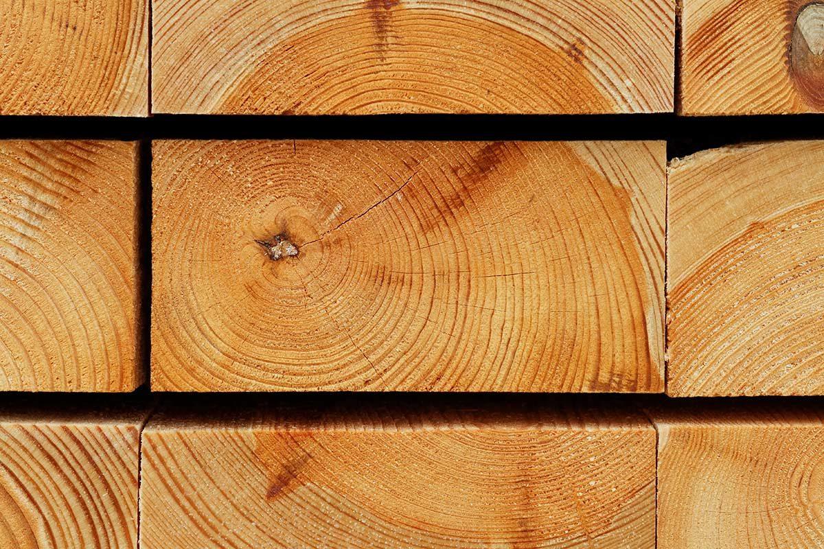Hirnholzansicht gestapelter Kiefernbohlen III