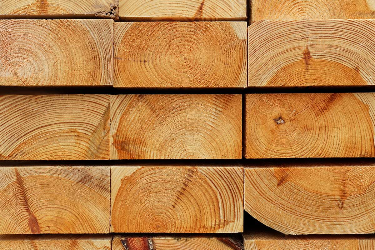 Hirnholzansicht gestapelter Kiefernbohlen II