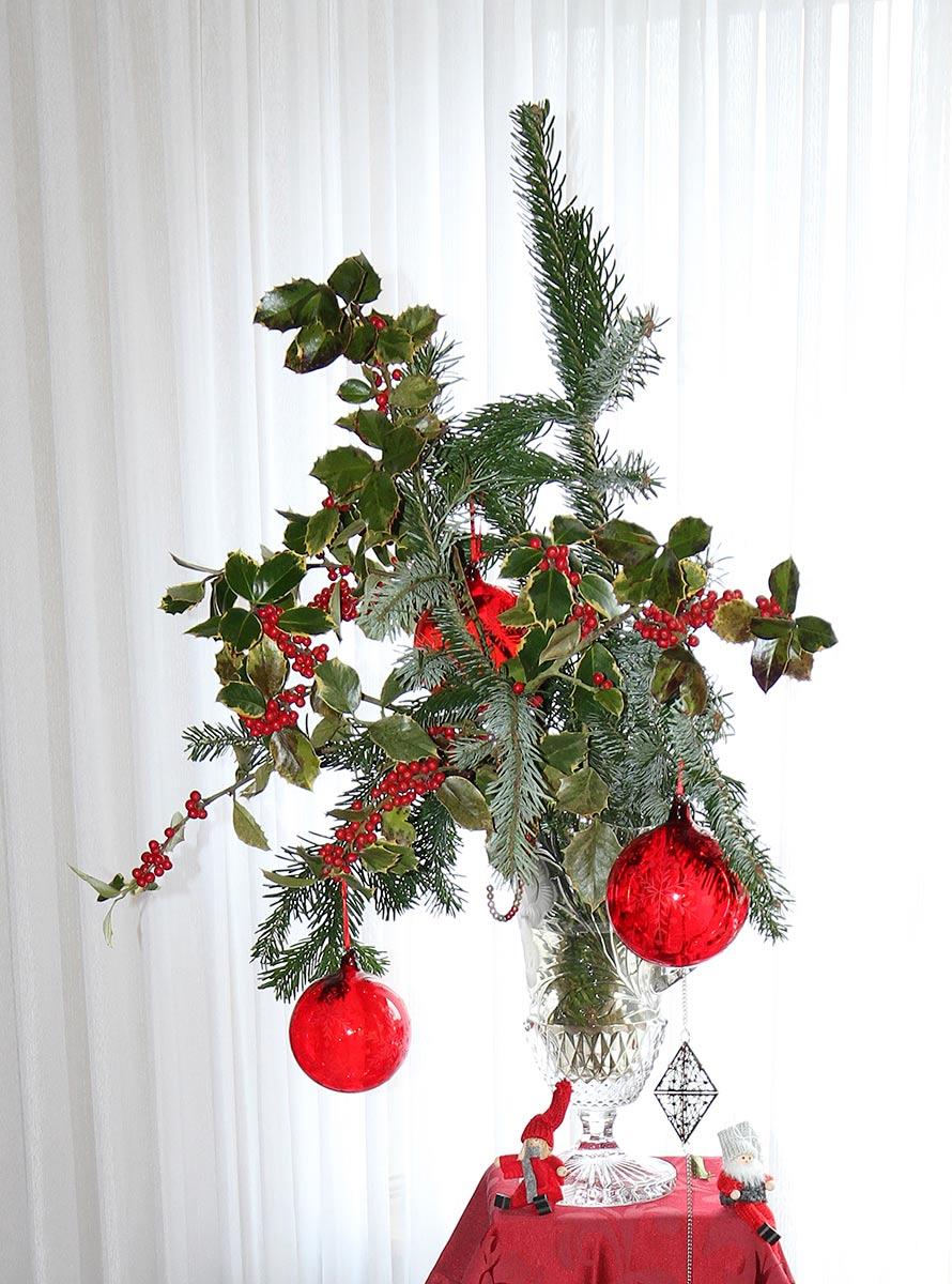 Dekoration mit vegetativer Weihnachtssymbolik