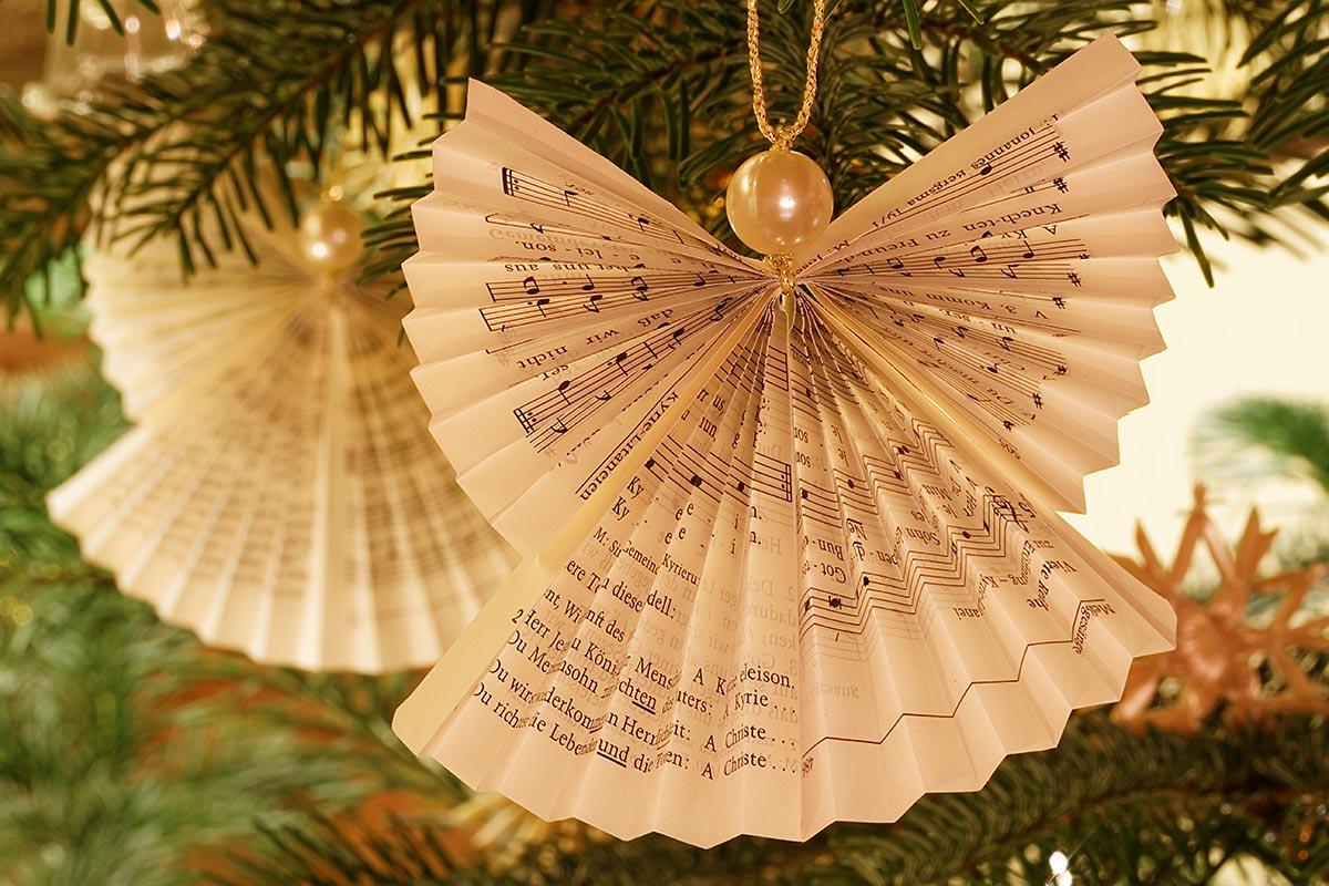 Weihnachtsbaum-Engel, gefaltet aus alten Gebetbuchseiten