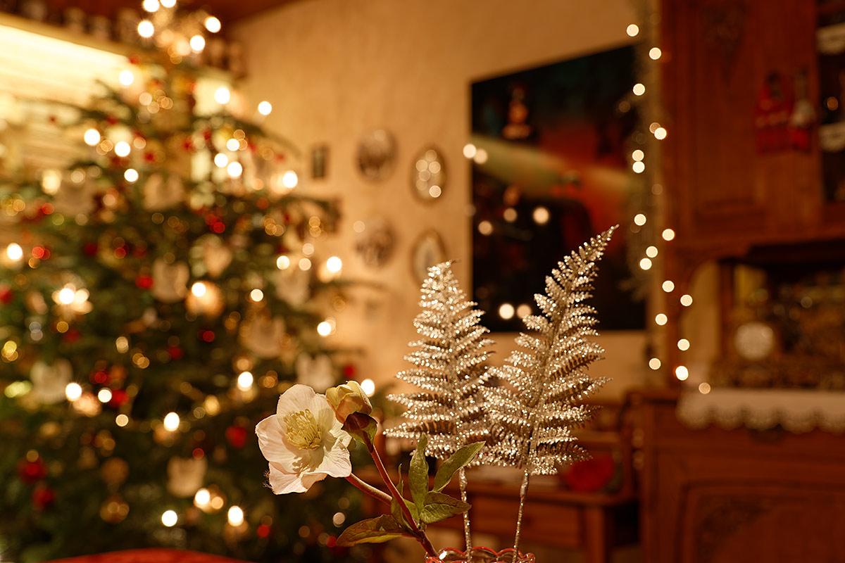 Weihnachtliche Dekoration vor Weihnachtsbaum