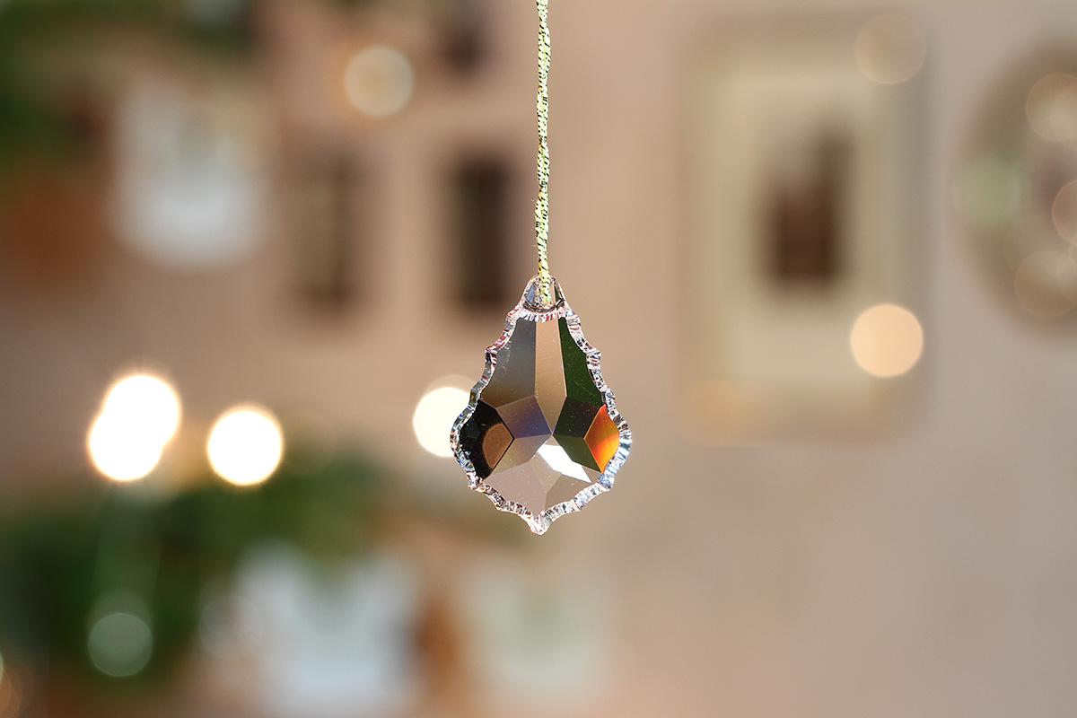Kristall in erleuchtetem Weihnachtszimmer